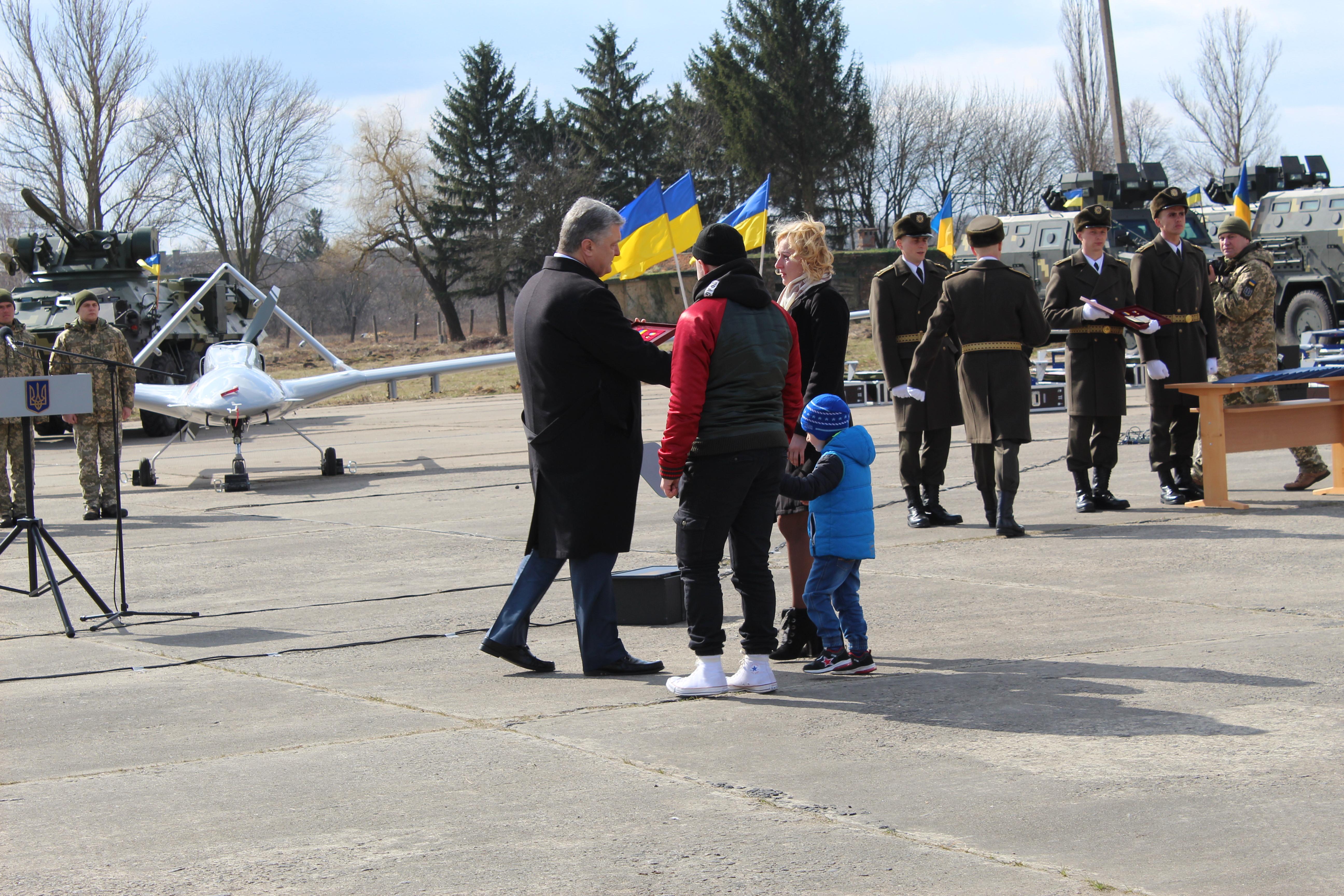 Президент присвоїв звання Герой України старшому сержанту Андрію Конопльову посмертно та підполковнику Івану Вінніку