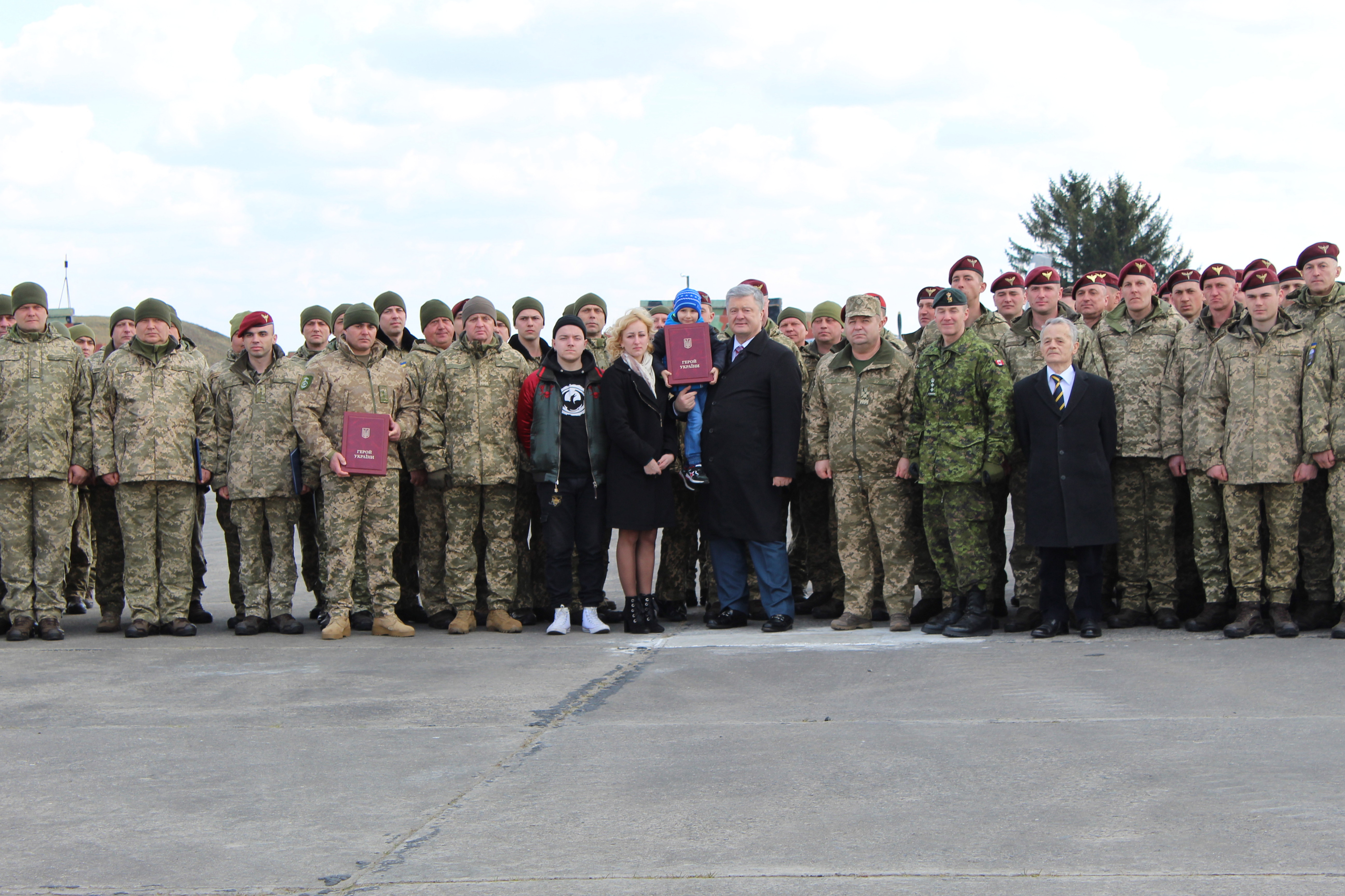 Президент на Хмельниччині передав ЗСУ безпілотники Bayraktar TB2 та ще понад 420 одиниць озброєння та військової техніки