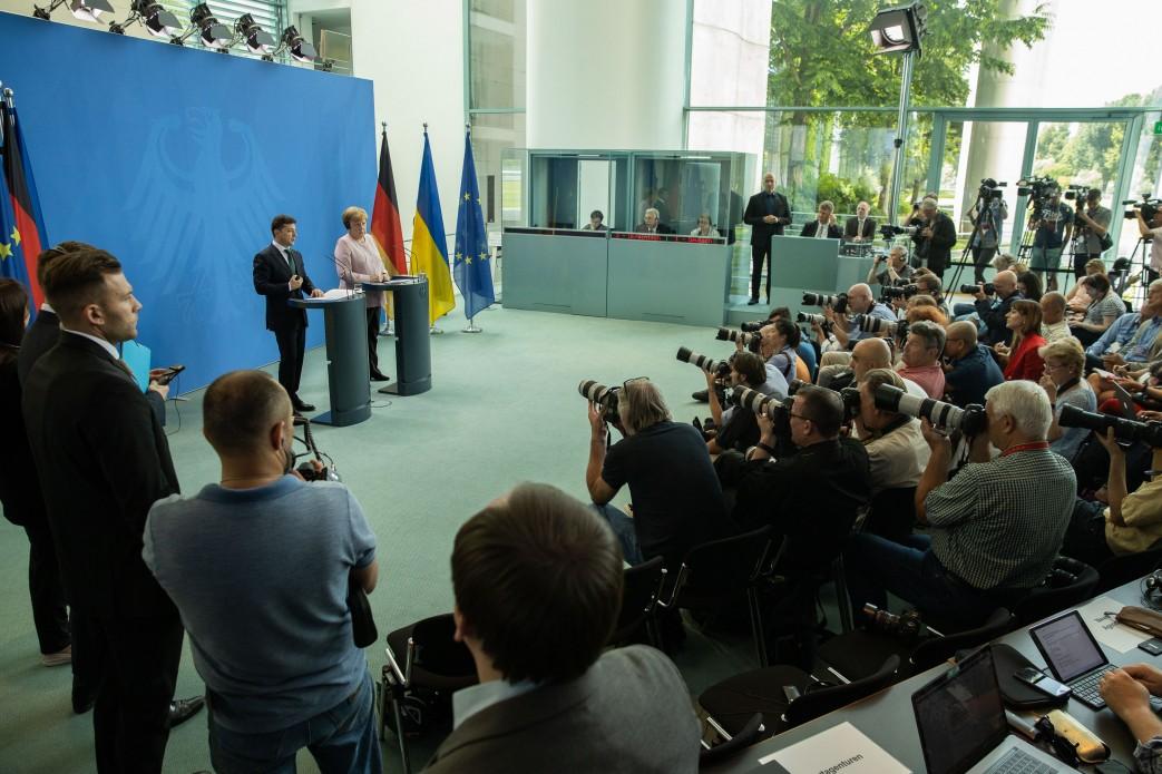 Володимир Зеленський обговорив з Ангелою Меркель шляхи звільнення українських моряків та інших полонених