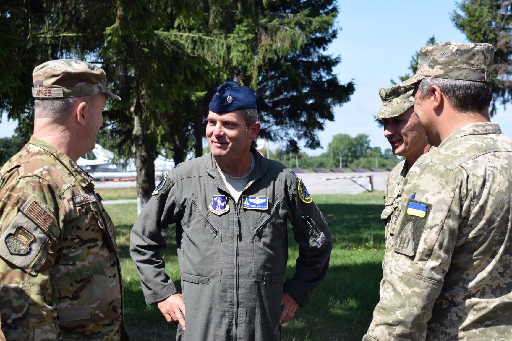 Делегація зі США відвідала військовий аеродром бригади тактичної авіації