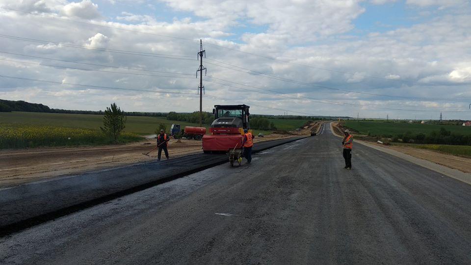 На будівництві обходу м. Дунаївці розпочато влаштування асфальтобетонного покриття