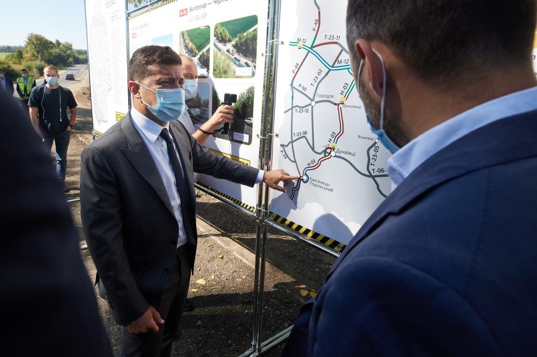 На Хмельниччині Президент ознайомився з перебігом реконструкції дороги Р-48, яку він доручив відремонтувати під час своєї попередньої поїздки в область