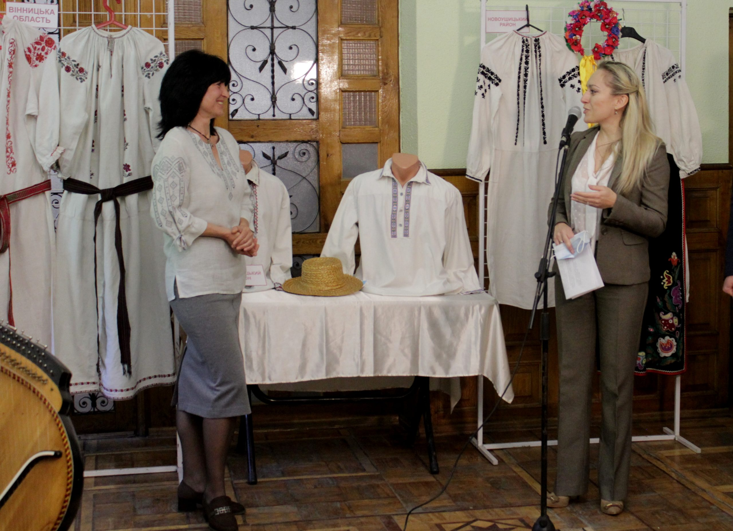 «Обереги. Традиції краси»: у Хмельницькому відкрилася виставка старовинних вишитих сорочок